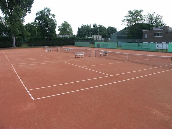 2 unsererer gepflegten Tennisplaetze